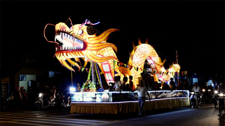 Vietnamese Mid-Autumn Festival 2017 in Tuyen Quang City with Giant Lanterns