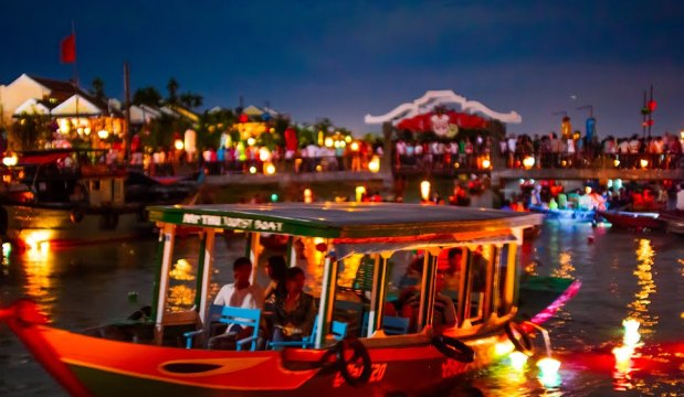Take a boat trip to cherish Hoi An Old Town in the moonlight