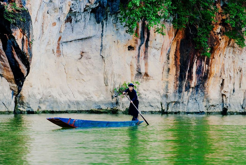 Travel by wooden boat on Ba Be leke